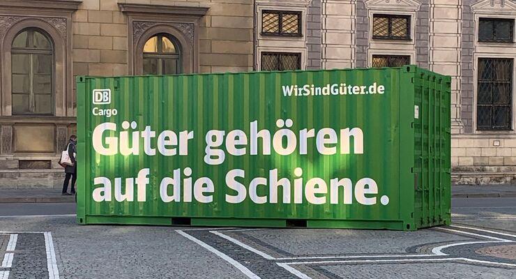 DB Cargo wirbt mit Frahctcontainern in der Innenstadt für die Schiene.