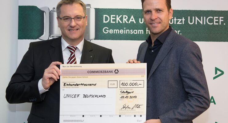 DEKRA ueberreicht Spendenscheck an UNICEF-Paten Oliver Bierhoff