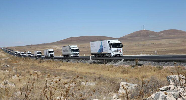 Daimler Hilfskonvoi in die Türkei, syrisches Flüchtlingscamp, Actros