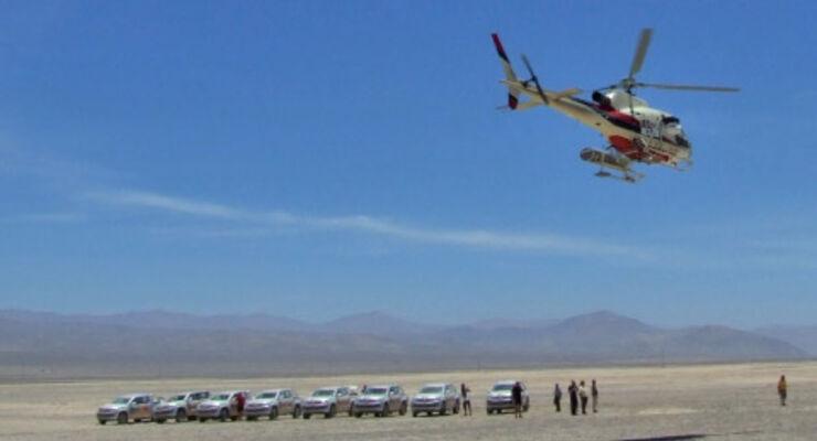Der Kamera-Hubschrauber kündigt zuverlässig die Vorbeifahrt der Spitzenreiter an.