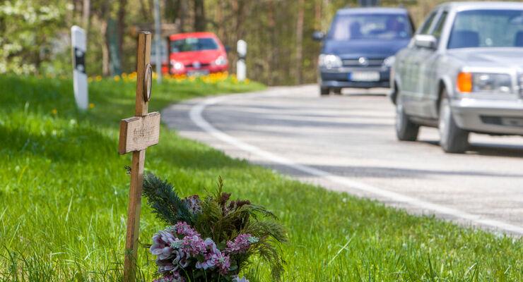 Gedenken an Unfallopfer an der Landstraße