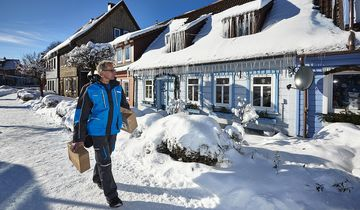 Hermes-Zusteller im Schnee