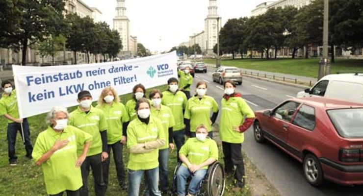 In Berlin demonstrieren VCD-Leute gegen die Feinstaubbelastung