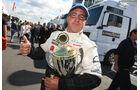 Jochen Hahn holt sich beim ersten Lauf auf dem Nürburgring den Pokal.