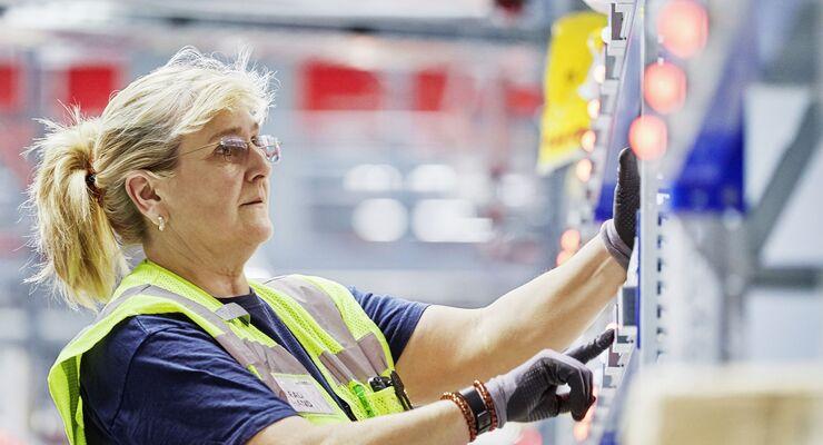 Kommissionierung im DHL-Warehouse