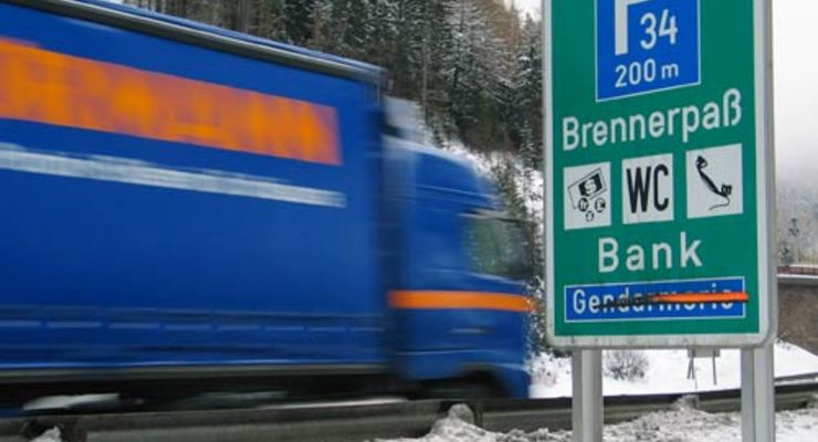 Lkw am winterlichen Brenner