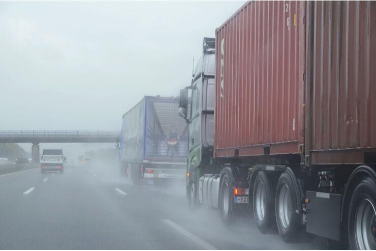 Lkw im Regen, zu wenig Abstand, nasse Fahrbahn.