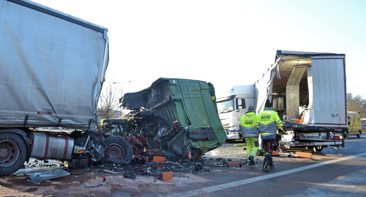 Nach einem schweren LKW Unfall ist die A6 bei Homburg voll gesperrt. Am Morgen sind dort in Fahrtrichtung Saarbrücken in Höhe der Anschlusstelle Homburg zwei Lastwagen zusammengeprallt. Bei einem LKW wurde das Führerhaus völlig zerstört, als der Fahrer in den Sattelauflieger eines vor ihm fahrenden Lastwagens prallte. Aktuell ist der Rettungsdienst des DRK mit zwei Rettungswagen und einem Notarzt vor Ort, der Fahrer ist schwer verletzt und wird behandelt. Die Feuerwehr musste keine aufwändige Rettung einleiten, der Fahrer war nicht eingeklemmt. Trotzdem muss die Feuerwehr rund 1200 Liter ausgelaufenen Diesel beseitigen, der zum Teil schon ins Erdreich eingedrungen ist. Die Bergiungs- und Reinigungsarbeiten können nach Auskunft der Polizei noch Stunden dauern. Beide LKW müssen geborgen werden. Aktuell ist die Autobahn zwischen Waldmohr und Homburg voll gesperrt, es kommt zu erheblichen Behinderungen. Der Verkehr wird über die Landstraßen umgeleitet. bub Foto: BeckerBredel
