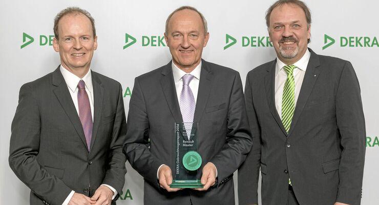 Reinhard Zirpel, Vorstand Kommunikation von Renault Deutschland (Mitte), mit Wolfgang Linsenmaier, Mitglied der Geschäftsführung bei Dekra Automobil, und dem Dekra-Vertriebsverantwortlichen Erik Wakolbinger (re.).