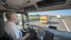 Shaping Future Transportation: Premierenfahrt des ersten teilautonomen Serien-Lkw auf öffentlichen Straßen im Mercedes-Benz Actros mit Highway Pilot.