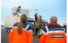 Spagat zwischen zwei Lkw, Rettungssanitäter