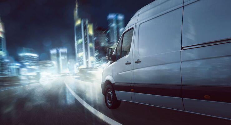 Transporter bei Nacht