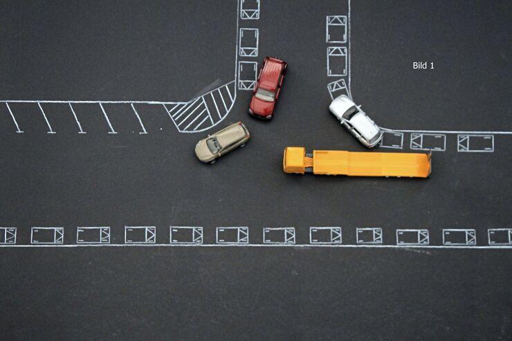 Unfallhergang, dargestellt mittels Modellautos. Fahrer vor Gericht, FF 9/2018.